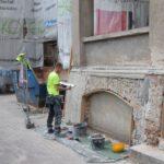 Trwają prace przy remoncie elewacji (1)