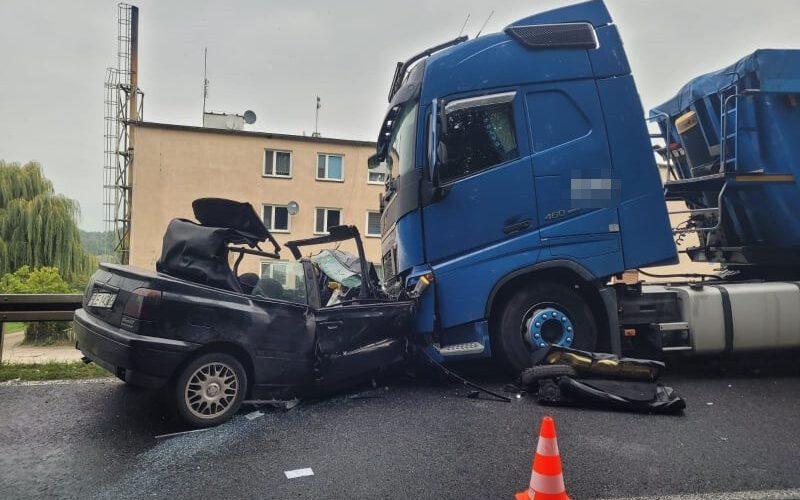 Wypadek z udziałem samochodu osobowego i ciężarówki